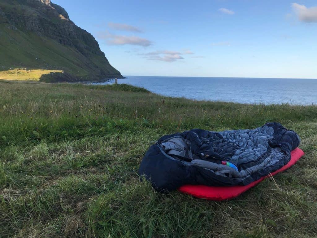 Sove under åben himmel Island
